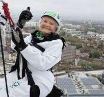 La británica Doris Long, de 101 años, batió su propio récord como la persona más anciana que hace rápel al culminar un descenso de 94 metros en un edificio de Portsmouth, en el sur de Inglaterra.