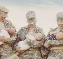 10 mujeres amamantando a sus hijos vestidas con uniforme militar posaron para una fotagrafia que se viralizó rápidamente en las redes sociales.