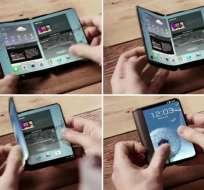TECNOLOGÍA.- El celular tendría dos pantallas plegables, como si fuera un libro, y un pantalla exterior. Collage: Wayerless