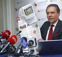 QUITO.- El superintendente, Carlos Ochoa, ratificó la sanción a los medios de comunicación en una rueda de prensa. Foto: API.