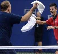 Novak Djokovic dio muestra de su particular forma de ser al bailar con un aficionado en la cancha.