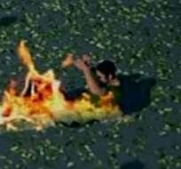 DURÁN, Ecuador.- Los secuestradores amarraron a la víctima con un cable, le rociaron gasolina y le prendieron fuego. Foto: captura de pantalla.