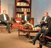 El presidente Correa debatió con tres economistas la noche del 28 de octubre. Foto captura de pantalla.