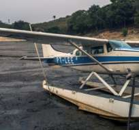 MANAOS, Brasil.-Un hidroavión permanece en el lecho seco de lo que alguna vez fue un lago. Foto AFP