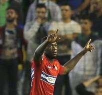 SEVILLA, España.- Caicedo celebrando su gol ante Betis. Foto: EFE.
