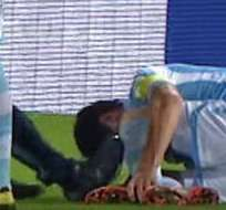 MÚNICH, Alemania.- Momento en el que el jugador recibe la 'infracción' del médico. Imagen: Youtube.