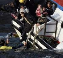 Los guardacostas pudieron rescatar a 19 personas que iban a bordo de la embarcación. Foto: AFP
