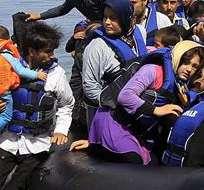 LESBOS, Grecia.-Migrantes afganos llegan a la la isla de Lesbos (Grecia) tras cruzar el Mediterráneo a bordo de una lancha neumática. Foto EFE, archivo