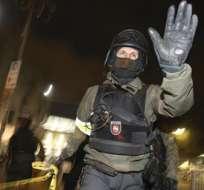 HANOVER, Alemania.- Agentes de policía montan guardia frente al IDH Arena en Hanover. Foto EFE