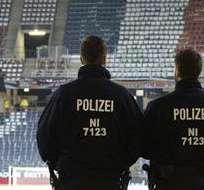HANNOVER, Alemania.- Agentes de seguridad en el estadio de Hannover. Foto: EFE.