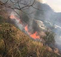 Las clases se suspendieron en el colegio 28 de Mayo debido a que el fuego se expande. Foto: Bomberos Guayaquil