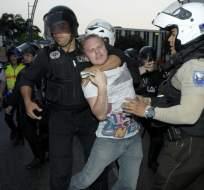 GUAYAQUIL, Ecuador.-Policías y manifestantes se enfrentaron en el Puerto Principal. Foto API