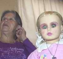 Su dueña asegura que los vecinos se sienten observados por la muñeca. Foto: Captura de video