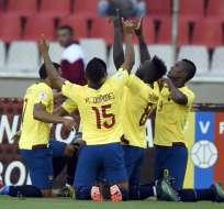 La selección festejó el triunfo y el liderato mientras regresaban al país.