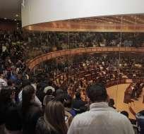 QUITO, Ecuador.- Tres horas y 15 minutos duró la lectura del informe que debate la Asamblea Nacional. Foto: Asamblea