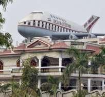 Santokh Singh Uppal es un entusiasta de los aviones y este es un ejemplo de su pasión. Este muy elaborado tanque de agua lo construyó y lo instaló encima de su casa.