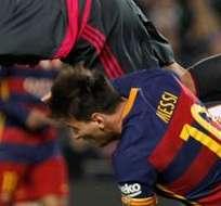 BARCELONA, España.- Adán impacta a Messi tras despejar un centro. Foto: EFE.