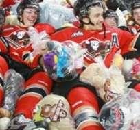 Los jugadores del Calgary disfrutaron con 'clavados' en los peluches. Fotos: Calgaryherald.com