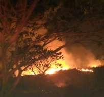 GUAYAQUIL, Ecuador.- Tres horas les tomó a 100 bomberos voluntarios controlar la emergencia. Foto: Bomberos de Guayaquil