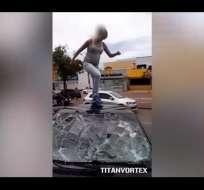 El video de la furiosa mujer se filmó en Brasil y tiene más de 400.000 visitas en Youtube. Foto: Captura de video
