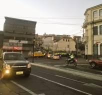 En la calle Piedrahita se mantiene el resguardo de unos 1500 policías por el debate. Foto: AMT Quito