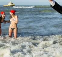Unas 10.000 personas corrieron hacia el agua al mediodía y gritaron de alegría. Foto: AFP