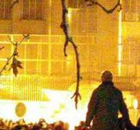TEHERÁN, Arabia Saudita.- Los manifestantes lanzaron cócteles Molotov contra la sede de la embajada. Foto: Twitter Behnam2k.