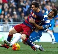 BARCELONA, España.- Messi no pudo escapar de la marca. Foto: EFE.