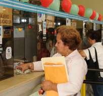 ECUADOR.- En Guayaquil, se encuentran habilitadas 21 ventanillas, de las cuales 6 son para las personas de la tercera edad y discapacitados. Foto: Ecuavisa