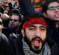 Unos manifestantes iraníes llevan retratos del clérigo ejecutado Nimr al Nimr, afuera de la embajada saudita en Teherán.