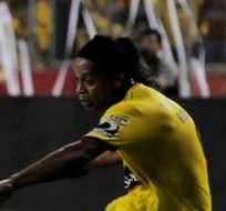 GUAYAQUIL, Ecuador.- Ronaldinho autografió la tarjeta amarilla del árbitro, Daniel Salazar. Foto: API.