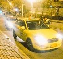 En un 40 % se ha reducido el numéro de pasajeros para el taxista formal, según el grupo. Foto: AMT Quito