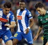 BARCELONA, España.- Oscar Duarte del Espanyol no pudo detener a Alvaro del Betis. Foto: EFE.