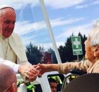 Este espontáneo gesto del pontífice fue captado por las cámaras de Ecuavisa. Foto: Cortesía.