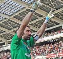 TURÍN, Italia.- Buffon festejando su logro con la grada. Foto: EFE.