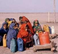 Travesía de los niños para recoger agua, provincia de Sindh, Pakistán, 2013.