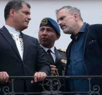 QUITO, Ecuador.- El presidente Rafael Correa y su edecán durante la visita de Miguel Bosé a Quito. Foto archivo API