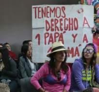 QUITO, Ecuador.- Bicknell y Rothon reciben el apoyo de grupos y activistas LGBTI. Foto: API.