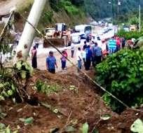 Un obrero que trabajaba en el mantenimiento de la vía murió atrapado por el deslizamiento. Foto: Ecu911 Santo Domingo