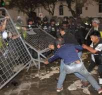 A gritos de 'Fuera, Correa, fuera', la ciudadanía cerraba el paso en los alrededores del parque Calderón. Foto: API.