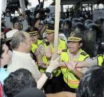 GUAYAQUIL, Ecuador.- Los detenidos portaban palos y llevaban un monigote del presidente Rafael Correa. Fotos: API