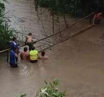 SANTA ANA, Manabí.- Miembros de la Policía Nacional ayudaron a evacuar a la población. Foto Ministerio del Interior