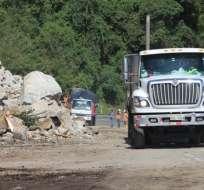 En el talud del kilómetro 34 las rocas de diverso tamaño continúan cayendo. Foto: Gobernación de Pichincha