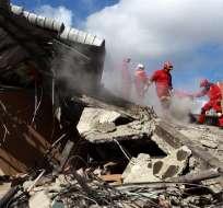 MANTA, Ecuador.- Héroes de carne y hueso trabajan en tareas de rescate. Foto: EFE.