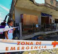 PERDERNALES, Manabí.- Miembros de la Dinased de la Policía Nacional, acordonan una zona de emergencia en esta localidad .  Foto:  José Jácome. EFE: