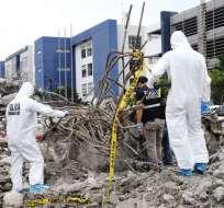 GUAYAQUIL, Ecuador.- Peritos forenses y de la Dinased continúan la búsqueda de posibles víctimas del terremoto. Foto: API