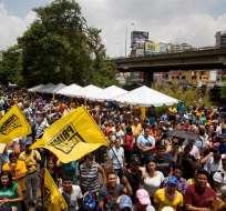 VENEZUELA.- Agobiados por los apagones y la escasez, miles de venezolanos firman la propuesta de revocatoria. Foto: EFE