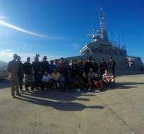 Los tripulantes abandonaron la nave en una barcaza y dos embarcaciones menores. Foto: Dirnea
