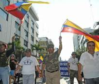 GUAYAQUIL.- Con pancartas, los miembros en retiro de varias ramas de las Fuerzas Armadas mostraban su rechazo a la medida ejecutada por el Ministerio de Finanzas. Foto: API.