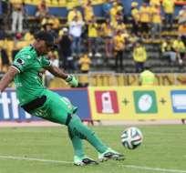 Máximo Banguera ha sido blanco de críticas por su error en el pasado clásico, pero Almada lo respalda.